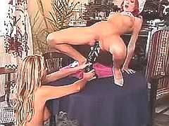 Pretty lezzie gets nailed w dildo